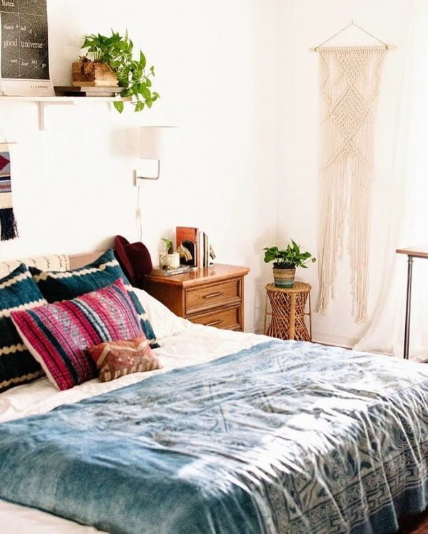California chic decor idea with bohemian accents. Love it!