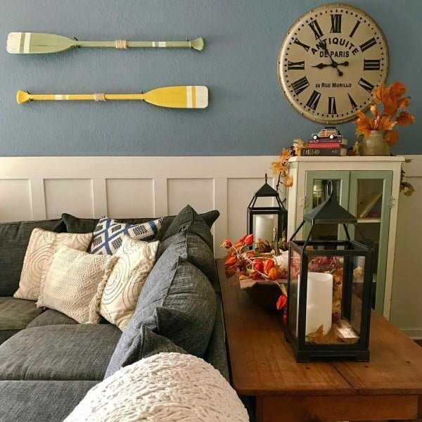 California chic decor idea with nautical wall hangings. Love it!