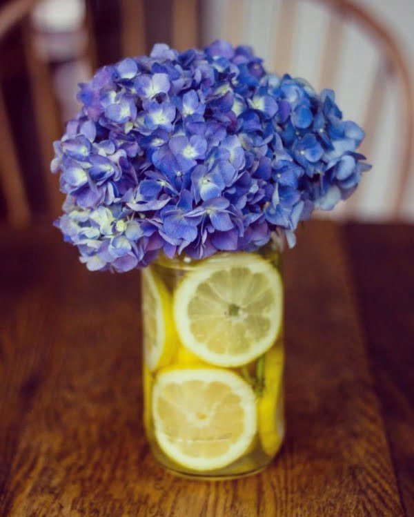 You have to see this spring decor idea  with a fresh flower vase