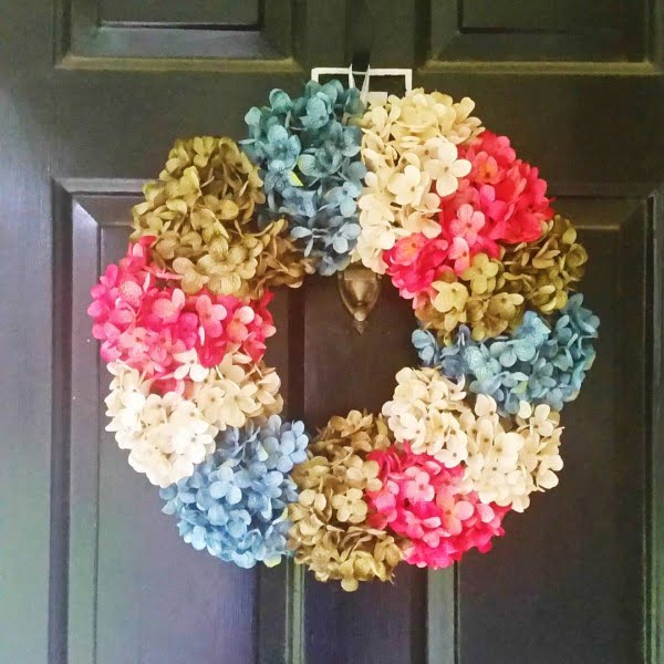 You have to see this spring decor idea #DIY with an elegant flower wreath #HomeDecorIdeas