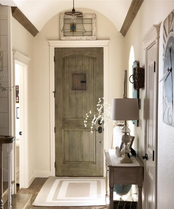 Check out this  entryway decor idea with  accents. Love it!