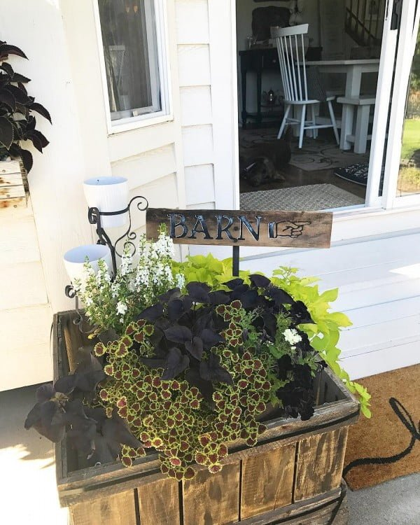 Check out this  porch decor idea with a barn sign. Love it!