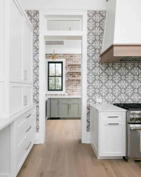Check out this modern #farmhouse kitchen decor idea with accent wallpaper. Love it! #HomeDecorIdeas