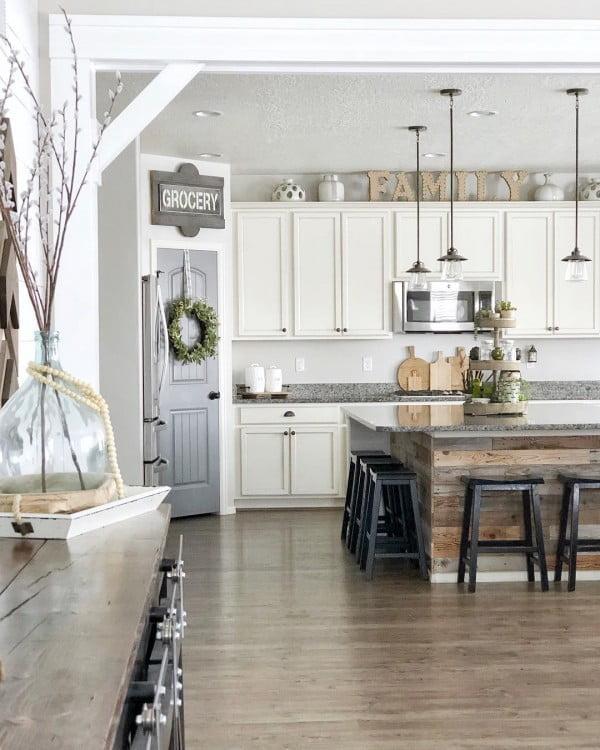 Check out this modern #farmhouse kitchen decor idea with farmhouse signs. Love it! #HomeDecorIdeas