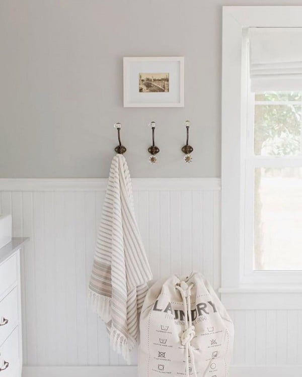 Check out this modern #farmhouse laundry room decor idea with shabby chic wall hooks. Love it! #HomeDecorIdeas