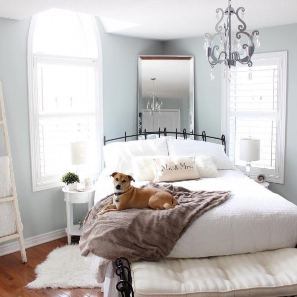 Check out this modern #farmhouse bedroom decor idea with a headboard mirror. Love it! #HomeDecorIdeas