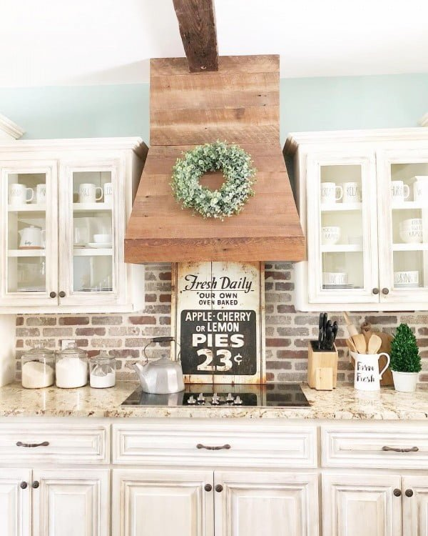 Check out this modern #farmhouse kitchen decor idea with a farmhouse wreath. Love it! #HomeDecorIdeas