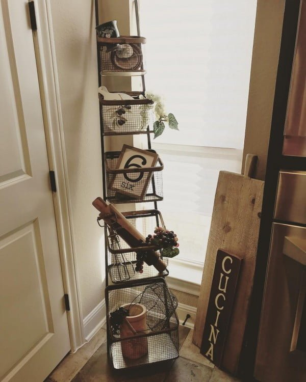 You have to see this  Italian decor idea with a rustic ladder shelf. Love it!