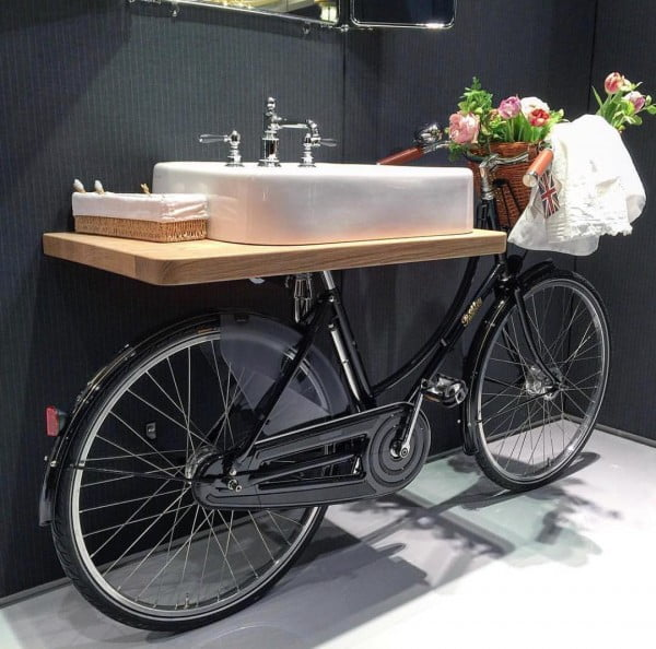 You have to see this  Italian bathroom decor idea with a repurposed bicycle. Love it!