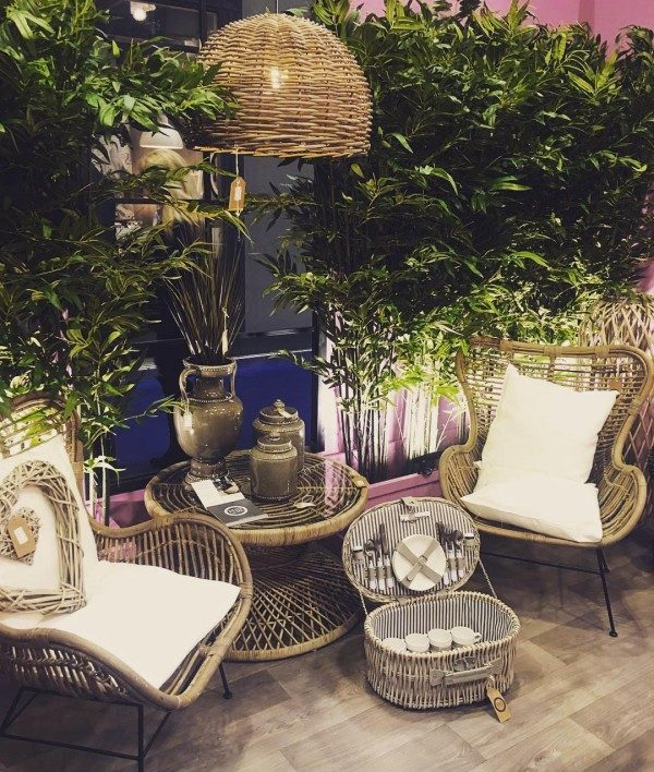 You have to see this shabby chic outdoor space decor idea with wicker furniture. Love it!