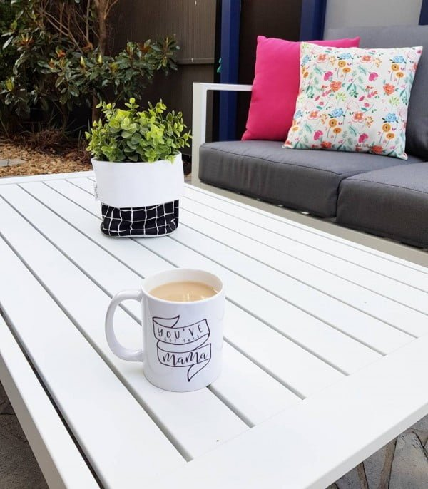 You have to see this shabby chic outdoor space decor idea with modern furniture. Love it!
