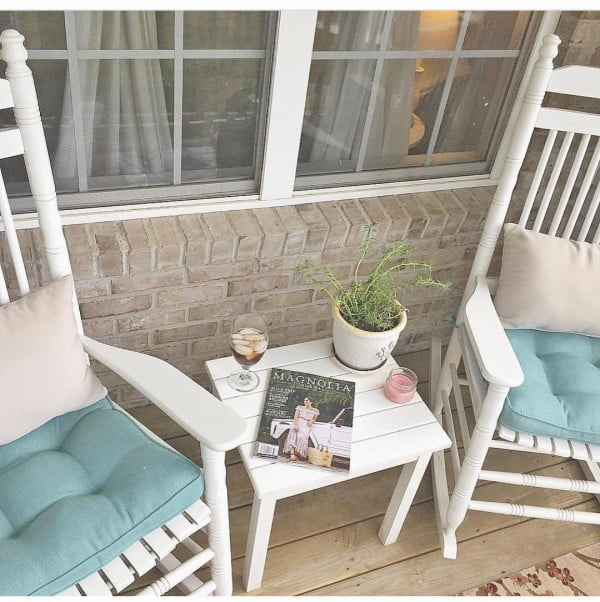 You have to see this shabby chic outdoor space decor idea with a cottage  porch. Love it!