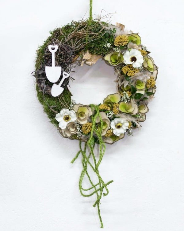 You have to see this #DIY spring wreath idea with lush greenery #HomeDecorIdeas