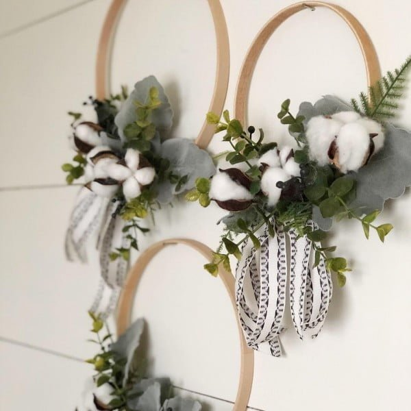 You have to see this #DIY spring wreath idea with wooden rings #HomeDecorIdeas