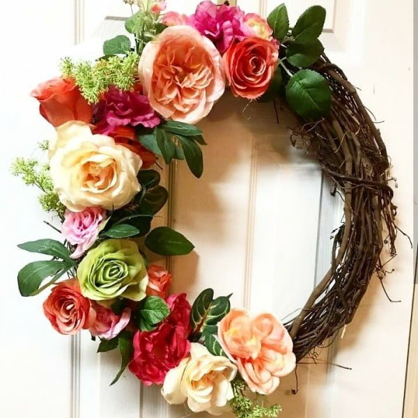 You have to see this #DIY spring wreath idea with blooming flowers #HomeDecorIdeas