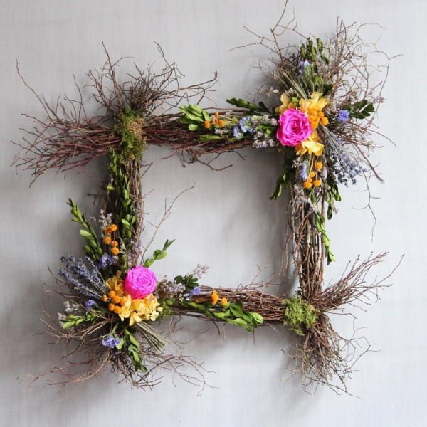 You have to see this #DIY square spring wreath idea #HomeDecorIdeas