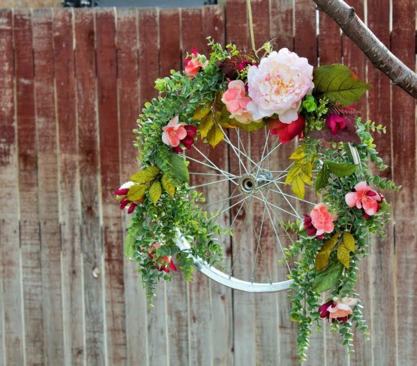 You have to see this #DIY spring wreath idea with a repurposed bicycle wheel #HomeDecorIdeas