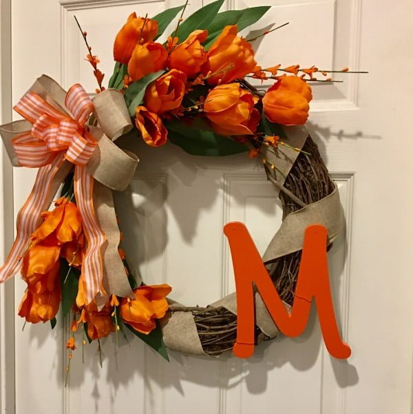 You have to see this #DIY spring wreath idea with orange flowers #HomeDecorIdeas