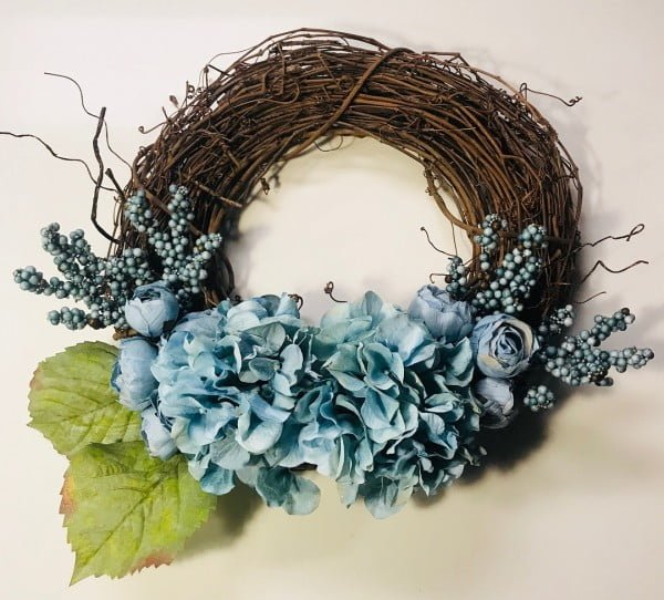 You have to see this #DIY spring wreath idea with hydrangea florals #HomeDecorIdeas