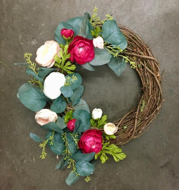 You have to see this #DIY spring wreath idea with blooms and greens #HomeDecorIdeas
