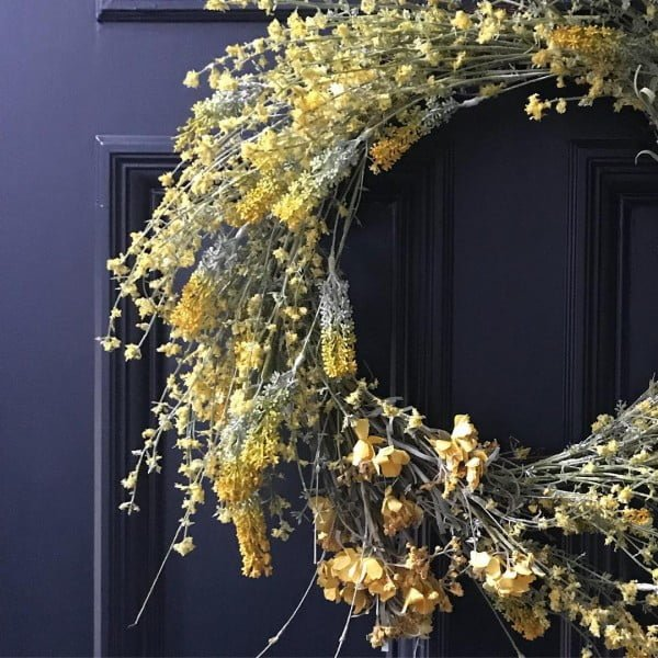 You have to see this #DIY spring wreath idea with wild spring flowers #HomeDecorIdeas