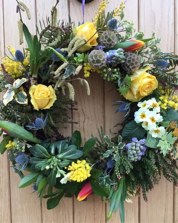 You have to see this #DIY spring wreath idea with lively fresh greens #HomeDecorIdeas