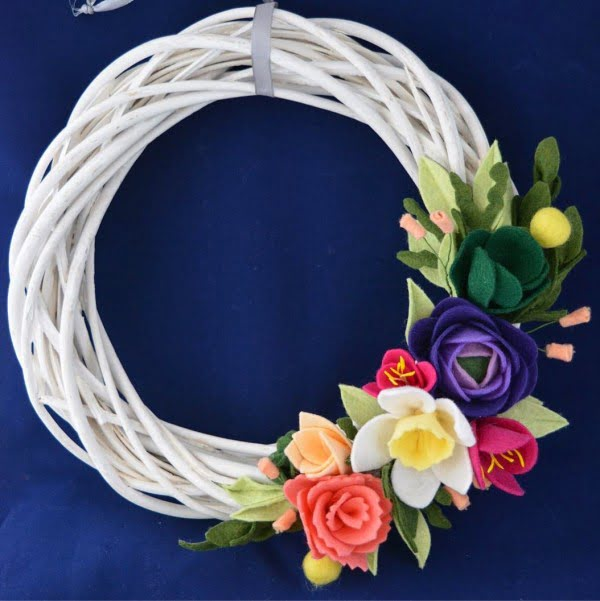 You have to see this #DIY spring wreath idea with bright color felt flowers #HomeDecorIdeas