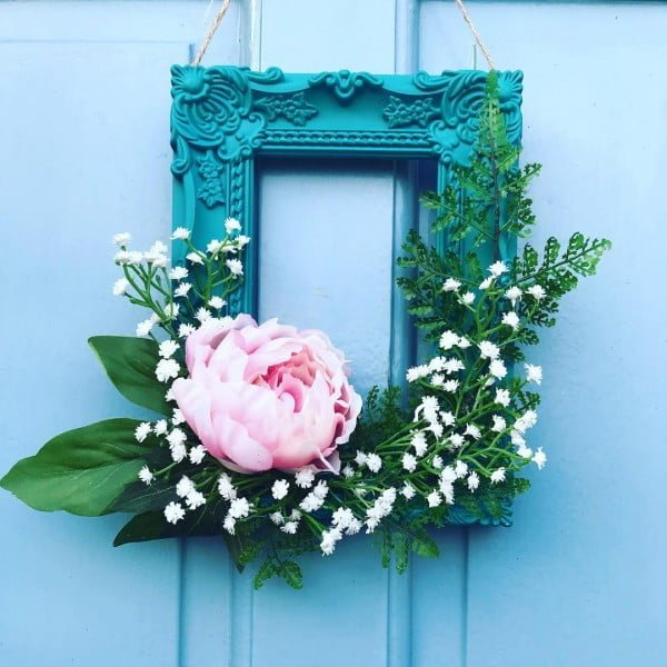 You have to see this #DIY spring wreath idea from a vintage picture frame #HomeDecorIdeas