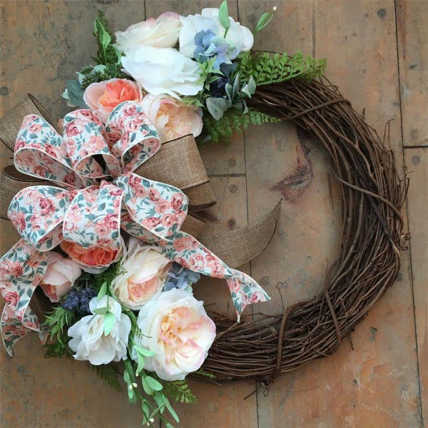 You have to see this #DIY spring wreath idea with floral pattern bows #HomeDecorIdeas