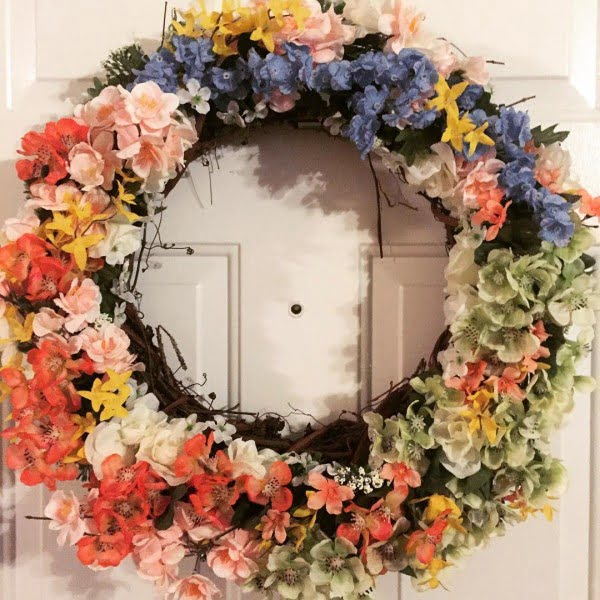 You have to see this #DIY spring wreath idea with a wide range of flowers #HomeDecorIdeas
