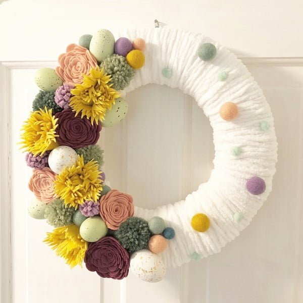 Check out this #DIY #Easter wreath idea with felt flowers. Love it! #HomeDecorIdeas