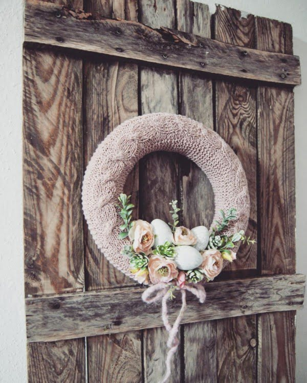 Check out this #DIY #Easter wreath idea with a knitted ring. Love it! #HomeDecorIdeas
