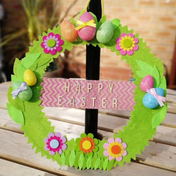 Check out this #DIY #Easter wreath idea with floral decals and eggs. Love it! #HomeDecorIdeas