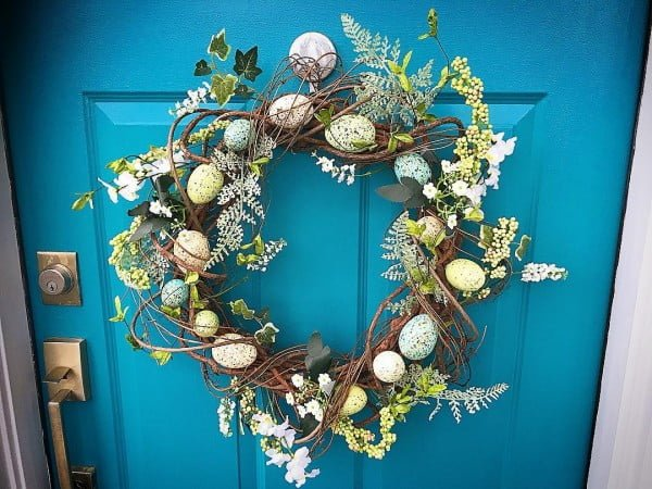 Check out this #DIY #Easter wreath idea with spring flowers and eggs. Love it! #HomeDecorIdeas