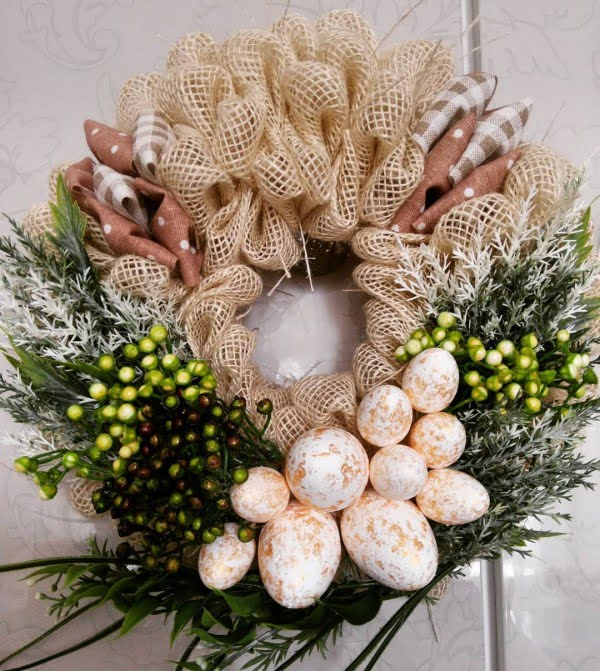 Check out this #DIY #Easter wreath idea with burlap and eggs. Love it! #HomeDecorIdeas