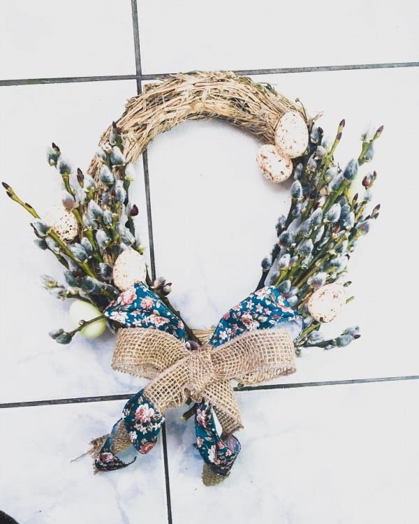 Check out this #DIY #Easter wreath idea with a burlap bow. Love it! #HomeDecorIdeas
