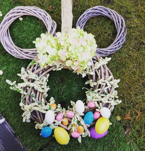 Check out this #DIY #Easter wreath idea with spring flowers and Easter eggs. Love it! #HomeDecorIdeas