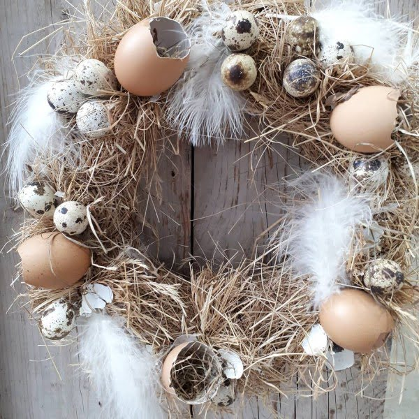 Check out this #DIY #Easter wreath idea with egg shells and feathers. Love it! #HomeDecorIdeas