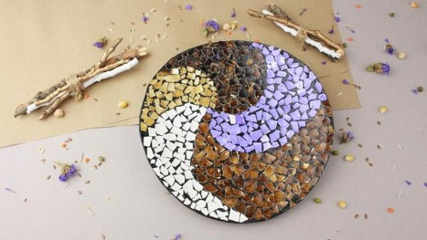30 Stunning DIY Mosaic Craft Projects for Easy Home Decor - How to make a #DIY egg shell plate for home decor. Great idea! #homedecorideas