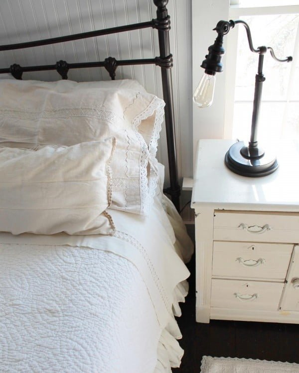You have to see this #farmhouse bedroom decor idea with a vintage lamp. Love it! #BedroomIdeas #HomeDecorIdeas