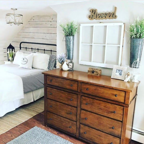 You have to see this #farmhouse bedroom decor idea with an old window frame art. Love it! #BedroomIdeas #HomeDecorIdeas