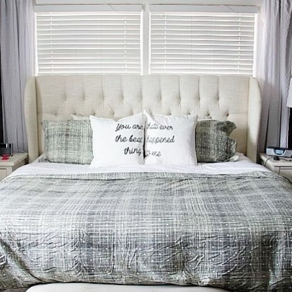 You have to see this #farmhouse bedroom decor idea with a tufted headboard. Love it! #BedroomIdeas #HomeDecorIdeas
