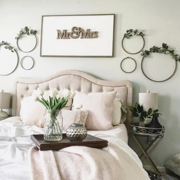You have to see this #farmhouse bedroom decor idea with minimalist wreaths. Love it! #BedroomIdeas #HomeDecorIdeas