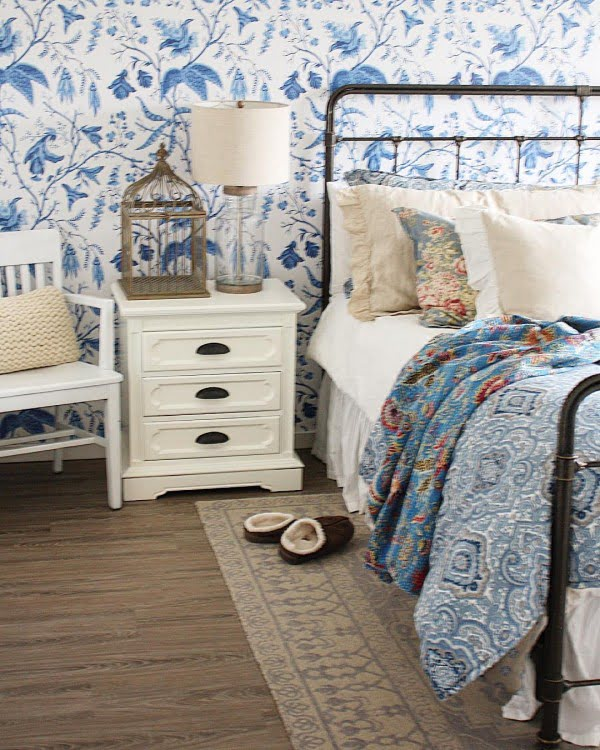 You have to see this #farmhouse bedroom decor idea with print wallpaper. Love it! #BedroomIdeas #HomeDecorIdeas