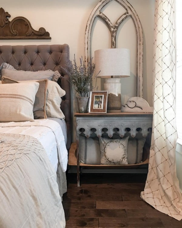 You have to see this #farmhouse bedroom decor idea with an old window frame. Love it! #BedroomIdeas #HomeDecorIdeas