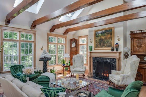 You have to see this #farmhouse decor idea with wooden ceiling beams. Love it! #HomeDecorIdeas