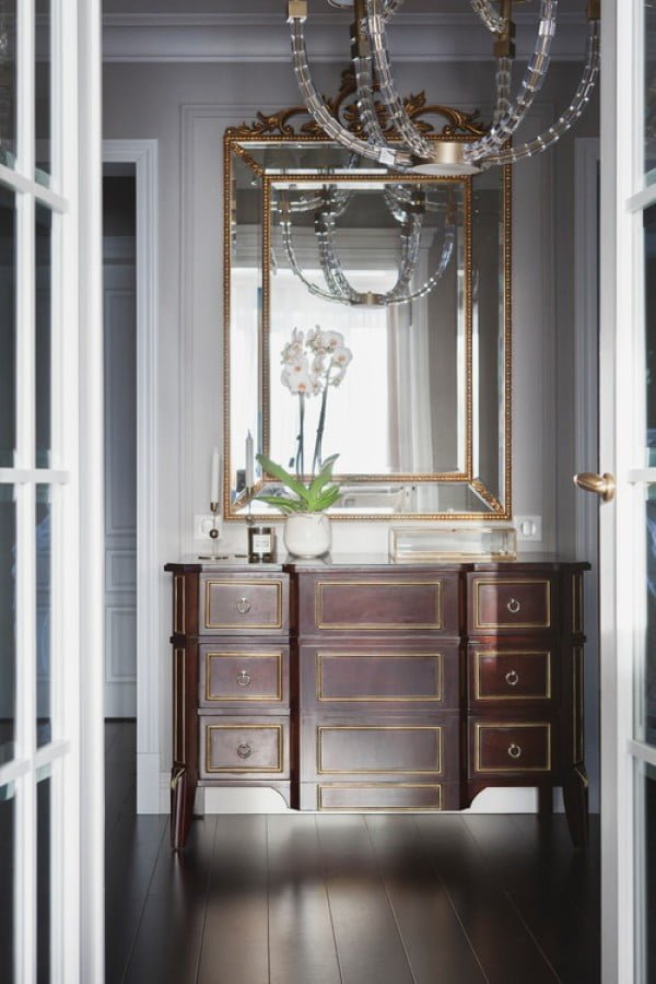 You have to see this #farmhouse decor idea with a golden mirror. Love it! #HomeDecorIdeas