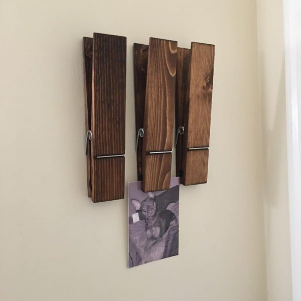 You have to see this #rustic wall decor idea with oversize clothespins. Love it! #HomeDecorIdeas