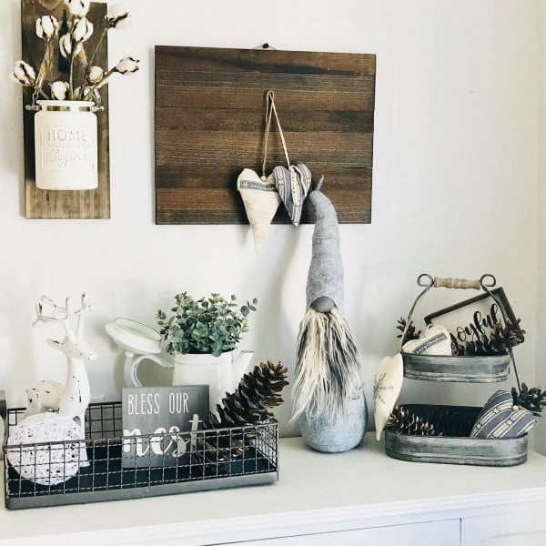 You have to see this #rustic wall decor idea with #farmhouse signs. Love it! #HomeDecorIdeas