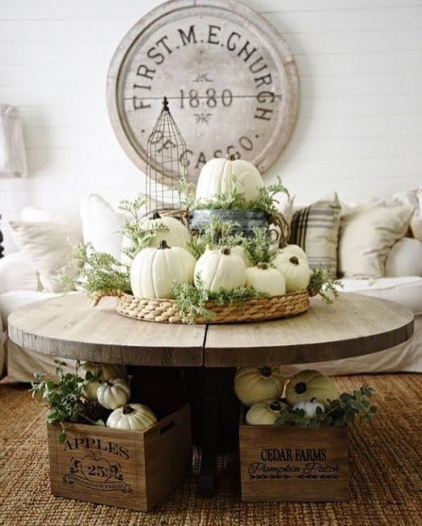 You have to see this #rustic wall decor idea with an oversize #farmhouse sign. Love it! #HomeDecorIdeas